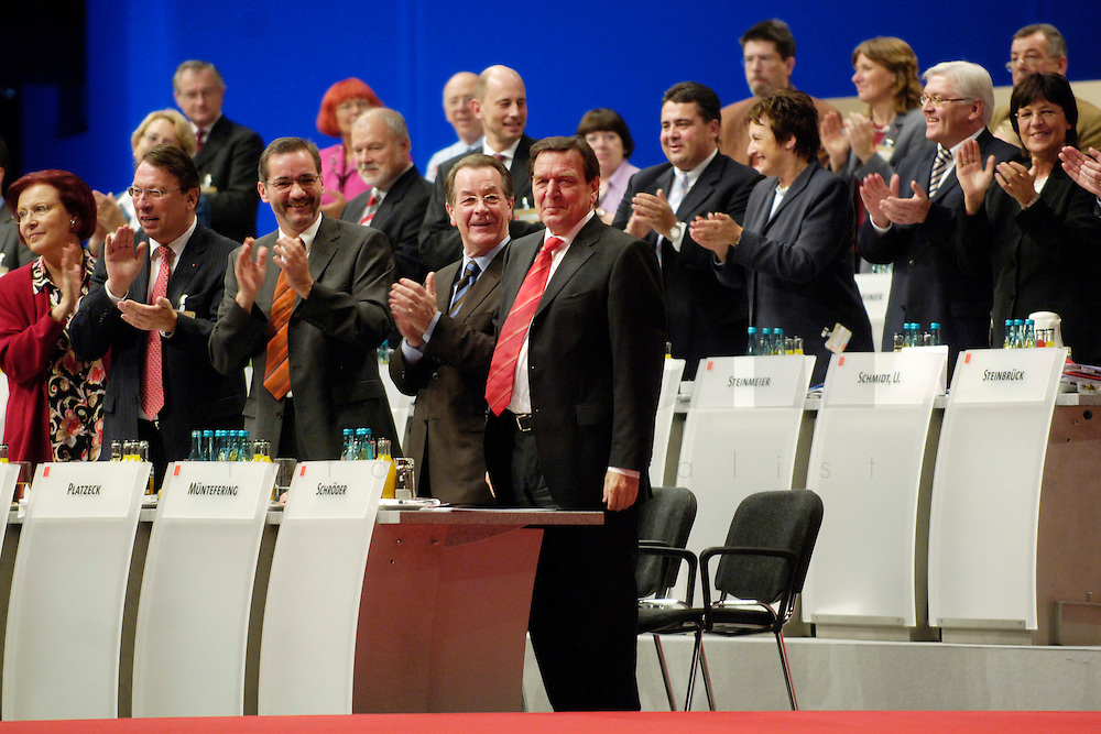 14 NOV 2005, KARLSRUHE/GERMANY:<br /> Heidemarie Wieczorek-Zeul, SPD, Bundesentwicklungshilfeministerin, Klaus-Uwe Benneter, SPD, scheidender Generalsekretaer, Matthias Platzeck, SPD, Ministerpraesident Brandenburg und desig. SPD Parteivorsitzender, Franz Muentefering, SPD, scheidender Parteivorsitzender und desig. Bundesarbeitsminister, Gerhard Schroeder, SPD, scheidender Bundeskanzler, (v.L.n.R.), nach Schroeders Rede, SPD Bundesparteitages, Messe Karlsruhe<br /> IMAGE: 20051114-01-082<br /> KEYWORDS: party congress, Gerhard Schröder, Applaus, klatschen, applaudieren, Jubel, Victory, Franz Müntefering, Abschied, Abschiedsrede