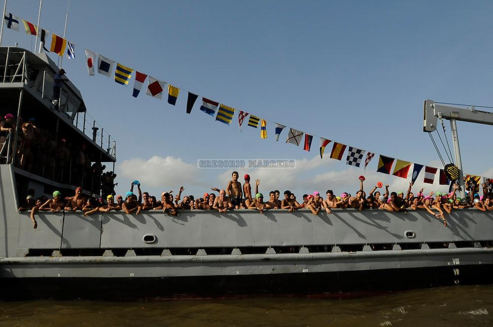 Un buque de transporte de la armada venezolana lleva al punto de salida a 726 nadadores que  participaran en la competencia anual del paso a nado de los rios Orinoco y Caroni.  Una distancia de 3,2 Km. separa una rivera (Estados Monagas) de la otra (Estado Bolivar).   Debido a la corriente del rio los nadadores deben hacer un esfuerzo muchisimo mayor que el que normalmente harian para recorrer una distancia como esa. Abril 20, 2008 (Gregorio Marrero/Orinoquiaphoto)