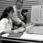 NLD/Zeist/19910923 - Emancipatieles aan Marokkanse meisjes Kiboes Zeist, computerles