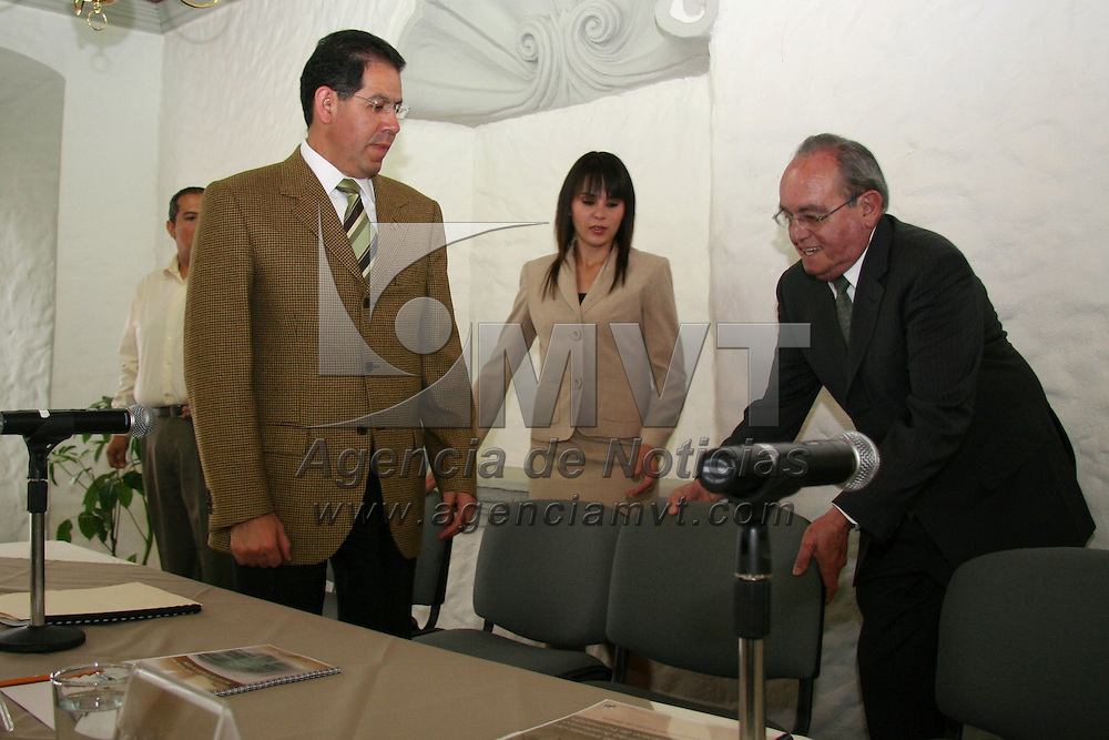 Toluca, Mex.- Jose Nu&ntilde;ez Casta&ntilde;eda, consejero presidente del IEEM y Jose Martinez Vilchis, rector de la UAEM, durante la puesta en marcha del comite academico de formaci&oacute;n del Instituro Electoral del Estado de M&eacute;xico. Agencia MVT / Luis Enrique Hernandez V. (DIGITAL)<br /> <br /> <br /> <br /> <br /> <br /> <br /> <br /> NO ARCHIVAR - NO ARCHIVE
