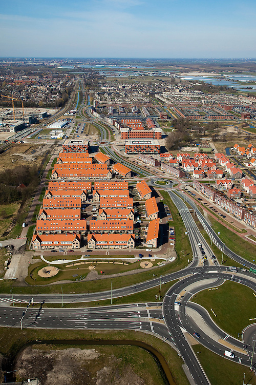 Nederland, Zuid-Holland, Pijnacker, 20-03-2009; Pijnacker-Zuid met nieuwbouwwijken, gezien naar het Noorden en langs de Klapwijkseweg met links de Randstadrail. Op het middenplan de eerdere nieuwbouwwijk Klapwijk en de oude dorpskern, Nootdorp en Leidschendan aan de verre horizon. In de voorgrond nieuw aangelegde wegen en rotondes. New housing estates of the village of Pijnacker, between the motorways. In the foreground newly constructed roads and roundabouts. Left the light rail..Swart collectie, luchtfoto (toeslag); Swart Collection, aerial photo (additional fee required); .foto Siebe Swart / photo Siebe Swart