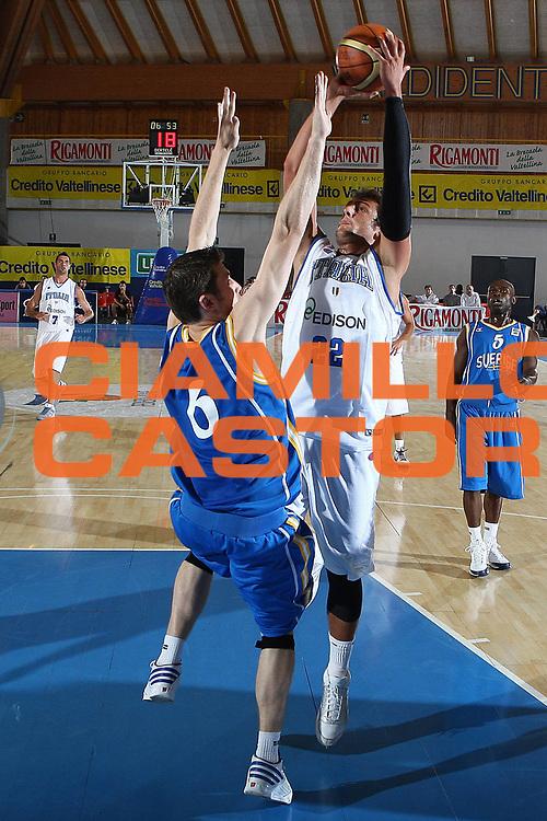DESCRIZIONE : Bormio Torneo Internazionale Maschile Diego Gianatti Italia Svezia <br /> GIOCATORE : Marco Belinelli<br /> SQUADRA : Italia Italy<br /> EVENTO : Raduno Collegiale Nazionale Maschile <br /> GARA : Italia Svezia Italy Sweden <br /> DATA : 16/07/2009 <br /> CATEGORIA :  tiro penetrazione<br /> SPORT : Pallacanestro <br /> AUTORE : Agenzia Ciamillo-Castoria/G.Ciamillo <br /> Galleria : Fip Nazionali 2008 <br /> Fotonotizia : Bormio Torneo Internazionale Maschile Diego Gianatti Italia Svezia<br /> Predefinita :