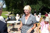 ARNHEM - Op de golfbaan de Rosendaelsche in Arnhem . Internationaal Senioren Strokeplay Kampioenschap . Marie-Jose Groenewoud (foto) eindigt als tweede . links Liesbeth Leeflang. FOTO KOEN SUYK