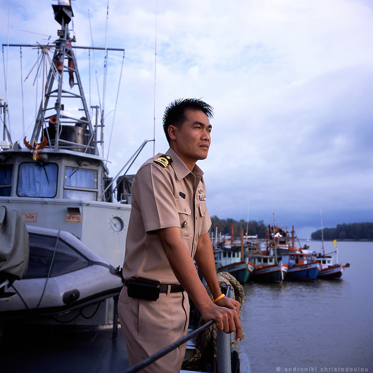 Teerapol Pongsrapang (32) is the comanding officer of the Thai Royal Navy ship that is patroling the east coast of the south of Thailand. They are there to prevent smugling by sea and to help keep the peace in the troubled south of Thailand.