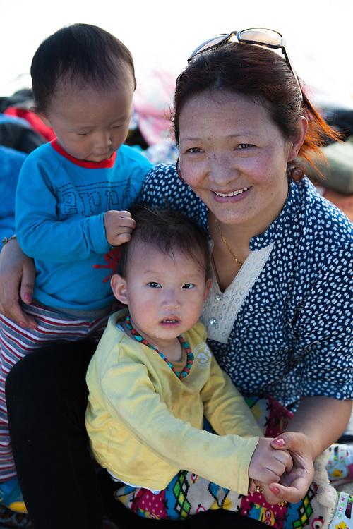 Tibetaans gezin met kinderen, in een tentenkamp in de buitenwijk Boudhanath.