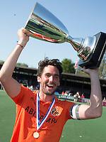 AMSTELVEEN -  Vreugde bij het team van OZ  . Aanvoerder Robert van de Horst van OZ .   Beslissende finalewedstrijd om het Nederlands kampioenschap hockey tussen de mannen van Amsterdam en Oranje Zwart (2-3). COPYRIGHT KOEN SUYK