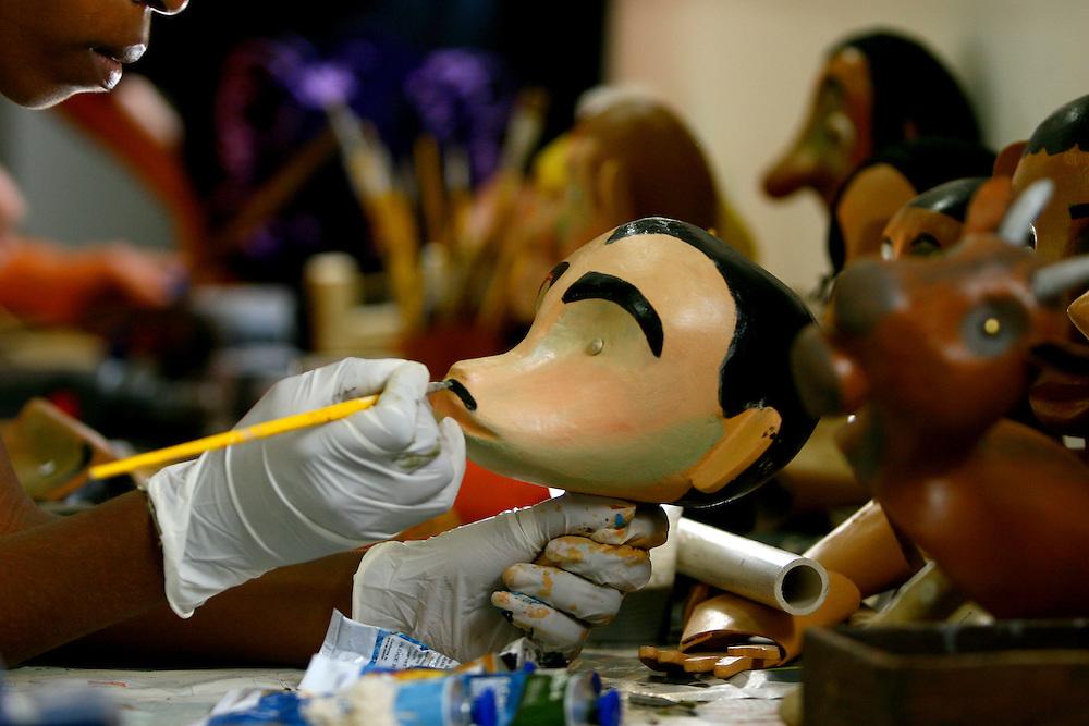 Belo Horizonte_MG, Brasil...Museu do grupo de bonecos Giramundo, localizado no bairro Floresta. Na foto artista fazendo um boneco...Giramundo museum, it is located in Floresta neighborhood. In this photo an artist doing a doll...FOTO: LEO DRUMOND / NITRO
