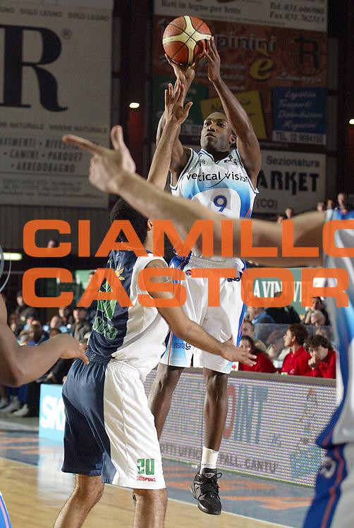 DESCRIZIONE : Cantu Lega A1 2005-06 Vertical Vision Cantu Roseto Basket<br />GIOCATORE : Barrett<br />SQUADRA : Vertical Vision Cantu<br />EVENTO : Campionato Lega A1 2005-2006<br />GARA : Vertical Vision Cantu Roseto Basket<br />DATA : 17/12/2005<br />CATEGORIA : Tiro<br />SPORT : Pallacanestro<br />AUTORE : Agenzia Ciamillo-Castoria/S.Ceretti<br />Galleria : Lega Basket A1 2005-2006<br />Fotonotizia : Cantu Campionato Italiano Lega A1 2005-2006 Vertical Vision Cantu Roseto Basket<br />Predefinita :