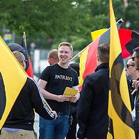 """Bildmitte mit Patriot T-Shirt: Jannik Braemer, Schatzmeister der AfD-Jugendorganisation """"Junge Alternative"""" <br /> <br /> Knapp 100 Mitglieder und Anhänger der sog. """"Identitären"""" demonstrierten am Freitag den 17. Juni 2016 in Berlin. Angemeldet waren laut Veranstalter 400 Teilnehmer. Die rechtsextremen Teilnehmer des Aufmarsches kamen aus Berlin, Bayern und Österreich und skandierten Parolen wie """"Berlin ist unsere Stadt"""", """"Festung Europa, macht die Grenzen dicht"""" und No Border, No Nation, Stop Immigration""""."""