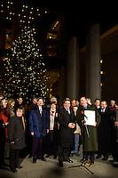 """25 NOV 2004, BERLIN/GERMANY:<br /> Gerhard Schroeder, SPD, Bundeskanzler, waehrend der Uebergabe eines Weihnachtsbaumes, einer Rotfichte, der Initiative """"landesverband Lippe, Unternehmer und Dienstleister"""" aus dem Besitz der Stiftung Eben-Ezer, Ehrenhof, Bundeskanzleramt<br /> IMAGE: 20041125-02-006<br /> KEYWORDS: Gerhard Schröder, Tanne, Tannenbaum"""