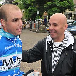 Dennis Smit woprdt in Dalen Nederlands kampioen bij de elite renners zonder contract, vader Theo feliciteerd zijn zoon