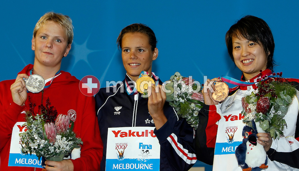 (L-R) Second placed Otylia Jederzejczak of Poland, Winner Laure Manaudou of France and third placed Ai Shibata of Japan shows their medals during the award ceremony for the women's 400m freestyle final in the Susie O'Neill pool at the FINA Swimming World Championships in Melbourne, Australia, Sunday 25 March 2007. (Photo by Patrick B. Kraemer / MAGICPBK)