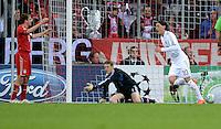 FUSSBALL   CHAMPIONS LEAGUE  HALBFFINAL HINSPIEL   2011/2012      FC Bayern Muenchen - Real Madrid          17.04.2012 Mesut Oezil (Real Madrid) dreht jubelnd nach seinem Tor zum 1:1 ab. Philipp Lahm (li) und Torwart Manuel Neuer (Mitte, FC Bayern Muenchen) diskutieren entttaeuscht