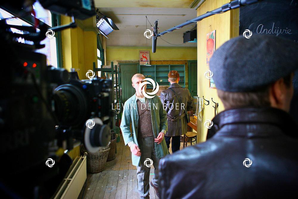 DEN HAAG - In de oude straten van Den Haag zijn ze een nieuwe film aan het opnemen genaamd Sonny Boy naar het boek van Annejet van der Zijl. Met op de foto Micha Hulshof alias Marcel van der Lans. FOTO LEVIN DEN BOER / PERSFOTO.NU