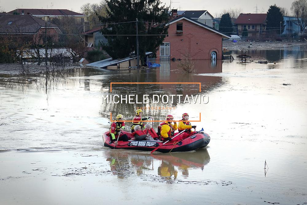Moncalieri (TO) 25 novembre 2016: il torrente Chisola è esondato nella borgata Tetti Piatti, al confine con La Loggia, molte persone sono bloccate in casa. I Vigili del Fuoco hanno messo in salvo gli anziani -