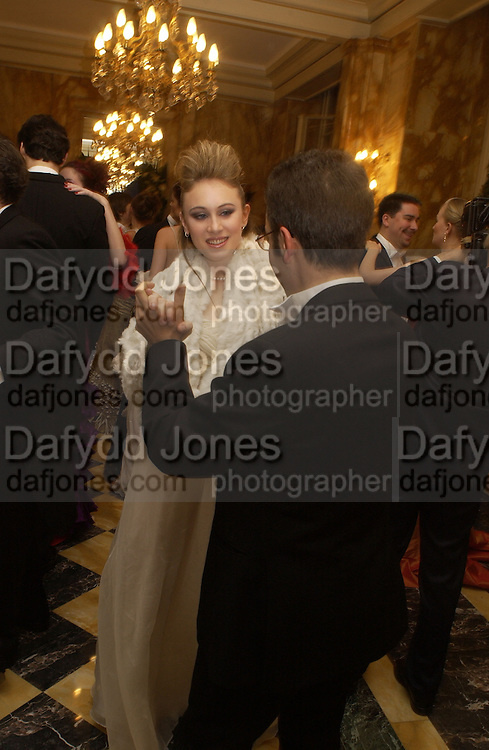 hon Naomi Gummer and her escort, Charles Marie Anthonioz. Crillon Debutantes Ball 2002. Paris. 7 December 2002. © Copyright Photograph by Dafydd Jones 66 Stockwell Park Rd. London SW9 0DA Tel 020 7733 0108 www.dafjones.com