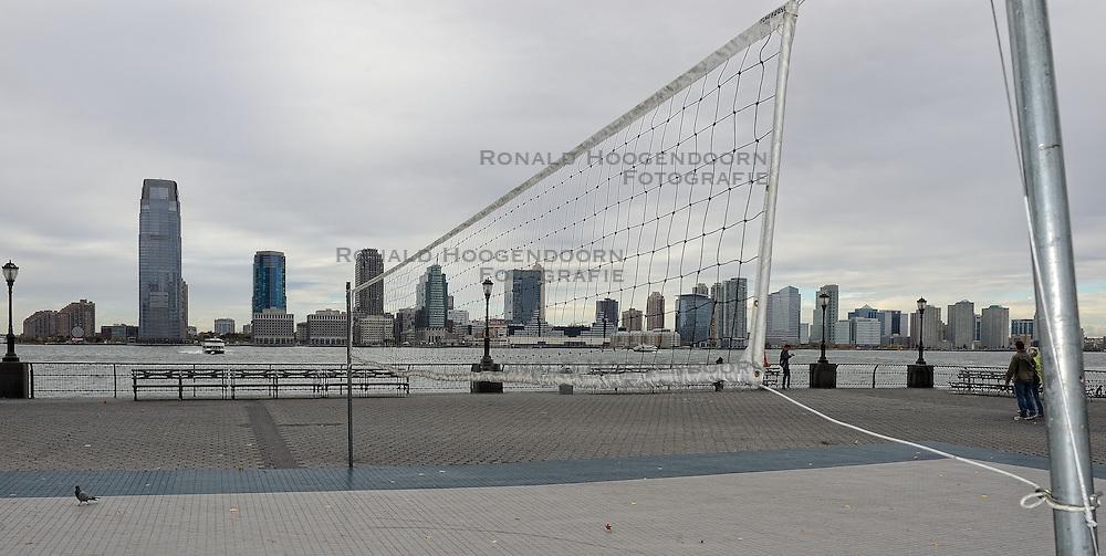 01-01-2013 ALGEMEEN: BVDGF NY MARATHON: NEW YORK <br /> Opweg naar de south Ferry's voor een bezoek aan Ellis Island en Liberty Island is een klein onbewoond eiland in de Haven van New York en New Jersey gelegen in de monding van de Hudson River. Op het eiland staat het wereldberoemde Vrijheidsbeeld / NY item around volleybalveld, volleybal net boulevard<br /> ©2013-WWW.FOTOHOOGENDOORN.NL