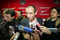 Fotball<br /> Frankrike<br /> Foto: imago/Digitalsport<br /> NORWAY ONLY<br /> <br /> 15.01.2007 <br /> Trainer Paul Le Guen (Paris St. Germain) umlagert von Journalisten