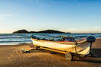 Barco de pesca sobre a areia na Praia do Campeche ao amanhecer, e Ilha do Campeche ao fundo. Florianópolis, Santa Catarina, Brasil. / Fishing boat on the sand at Campeche Beach at dawn, and Campeche Island in the background. Florianopolis, Santa Catarina, Brazil.