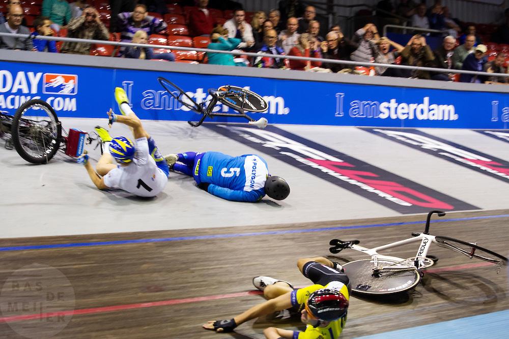 In Amsterdam komt Yoeri Havik met zijn derny, de oud-wielrenner Cees Stam, ten val tijdens de Zesdaagse van Amsterdam, een groot wielerevenement op de wielerbaan in Sloten. Stam, vader van ex-baanwielrenner Danny Stam en de opa van Havik, raakt zwaargewond.<br /> <br /> In Amsterdam cyclist Yoeri Havik falls with its derny, the former cyclist Cees Stam, during the Six Day Amsterdam, a major cycling event at the velodrome in Sloten. Stam, father of former track cyclist Danny Stam and grandfather of Havik, is seriously wounded.