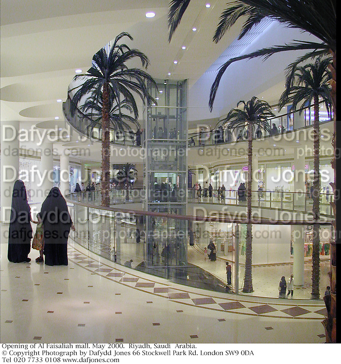 Opening of Al Faisaliah mall. May 2000.  Riyadh, Saudi  Arabia. © Copyright Photograph by Dafydd Jones 66 Stockwell Park Rd. London SW9 0DA Tel 020 7733 0108 www.dafjones.com