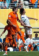 n/z.: Joris Mathijsen (nr4-Holandia), Savo Milosevic (nr9-Serbia i Czarnogora) podczas meczu grupy C Holandia (pomaranczowe) - Serbia i Czarnogora 1:0 podczas turnieju finalowego Mistrzostw Swiata Niemcy 2006 , pilka nozna , Niemcy , Lipsk , 11-06-2006 , fot.: Adam Nurkiewicz / mediasport..Joris Mathijsen (nr4-Netherlands) and Savo Milosevic (nr9-Serbia and Montenegro) during soccer match group C in Leipzig during World Cup 2006. June 11, 2006 ; Netherlands (orange) - Serbia and Montenegro 1:0 ; football , Germany , Leipzig ( Photo by Adam Nurkiewicz / mediasport )