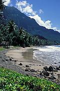 Steiniger Sandstrand mit Bergen im Hintergrund, Hiva Oa, Französisch Polynesien * Sand beach with many stones and mountains in background, Hiva Oa, French Polynesia