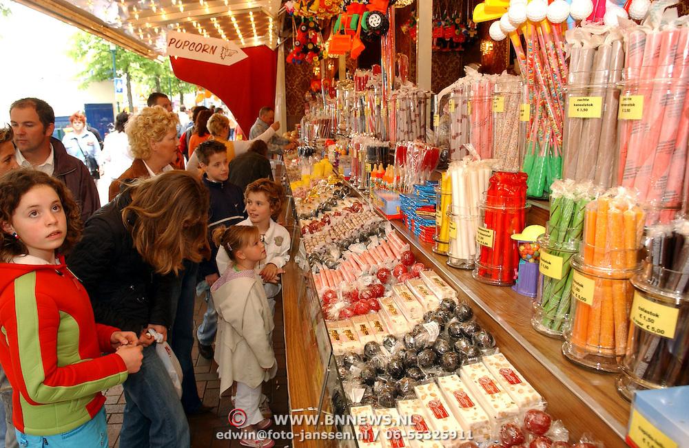 NLD/Hilversum/20050430 - Koninginnedag 2005, kermis, verkoop van Hollands snoepgoed,