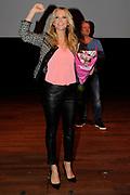 Presentatie van de nieuwe RTL 4 dansshow voor de vrijdagavond Everybody Dance Now.<br /> <br /> Op de foto:  Erland Galjaard feliciteerd Chantal Janzen met haar 34ste verjaardag