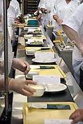 Nederland, Nijmegen, 22-5-2010Centrale keuken van een ziekenhuis. aan de lopende band worden de warme maaltijden voor de patienten opgeschept.Hygiene, dieet, aangepaste voeding.Foto: Flip Franssen