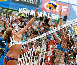 06-08-2011 VOLLEYBAL: FIVB WORLD TOUR GRANDSLAM: KLAGENFURT<br /> Kerri Walsh (USA) und Sanne Keizer (NED)<br /> ©2011-FotoHoogendoorn.nl / Erwin Scheriau