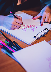 THEMENBILD - ein Frau beim Handlettering, aufgenommen am 25. Januar 2020 in Kaprun, Oesterreich // a woman doing hand lettering in Kaprun, Austria on 2020/01/25. EXPA Pictures © 2020, PhotoCredit: EXPA/ JFK