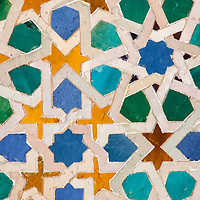 Pa&ntilde;o de azulejos del Mexuar, en el que se combina la t&eacute;cnica y estilo nazar&iacute; con la simbolog&iacute;a cristiana, que representa el &aacute;guila bic&eacute;fala de la monarqu&iacute;a castellana. Palacios Nazaries, es un conjunto palacial, residencia de los reyes de Granada. Lo empieza a construir el fundador de la dinast&iacute;a, Alhamar, en el s XIII, aunque las edificaciones que han pervivido hasta nuestros d&iacute;as datan, principalmente, del s XIV. Estos palacios encierran entre sus muros el refinamiento<br /> y la delicadeza de los &uacute;ltimos gobernadores hispano-&aacute;rabes de Al Andalus, los Nazar&iacute;es. <br /> La Alhambra es una ciudad palatina andalus&iacute; situada en Granada, Espa&ntilde;a. Formada por un conjunto de palacios, jardines y fortaleza que albergaba una verdadera ciudadela dentro de la propia ciudad de Granada, que serv&iacute;a como alojamiento al monarca y a la corte del Reino nazar&iacute; de Granada, Andalucia. Espa&ntilde;a. Alhambra is a palace and fortress complex located in Granada, Andalusia, Spain. It was originally constructed as a small fortress in 889 and then largely ignored until its ruins were renovated and rebuilt in the mid-11th century by the Moorish emir Mohammed ben Al-Ahmar of the Emirate of Granada, who built its current palace and walls. It was converted into a royal palace in 1333. Granada. Andalusia. Spain
