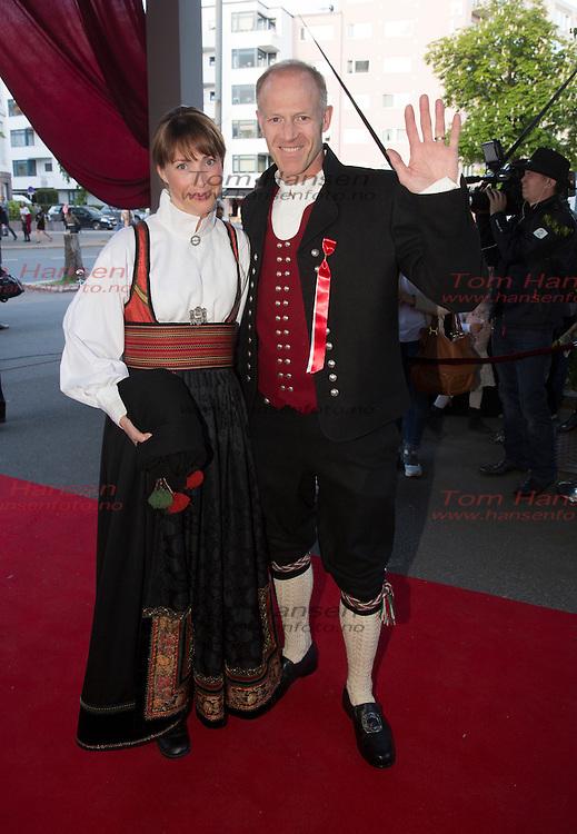 OSLO, 2014-5-16;  Barnetoget hilser kongefamilie på Petter Stordalen inviterer til tradisjonell 16.maifest med masse kjendiser. Børge Ousland og kona Hege. FOTO:  TOM HANSEN