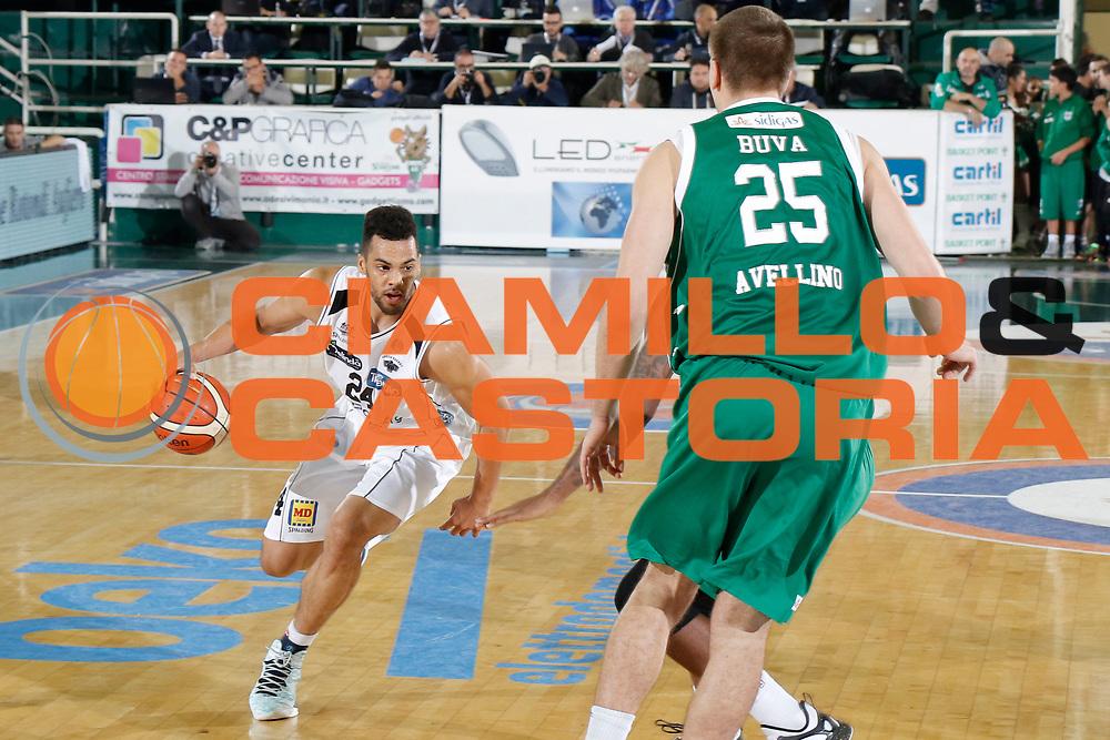 DESCRIZIONE : Avellino Lega A 2015-16 Sidigas Avellino Dolomiti Energia Trentino Trento<br /> GIOCATORE : Trent Lockett<br /> CATEGORIA :  palleggio<br /> SQUADRA : Dolomiti Energia Trentino Trento<br /> EVENTO : Campionato Lega A 2015-2016 <br /> GARA : Sidigas Avellino Dolomiti Energia Trentino Trento<br /> DATA : 01/11/2015<br /> SPORT : Pallacanestro <br /> AUTORE : Agenzia Ciamillo-Castoria/A. De Lise <br /> Galleria : Lega Basket A 2015-2016 <br /> Fotonotizia : Avellino Lega A 2015-16 Sidigas Avellino Dolomiti Energia Trentino Trento