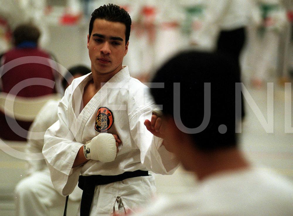.012697 wijhe ned.vechtsportgala.fidel serans uit meppel van het karate school el tiogre....foto frank uijlenbroek©1997