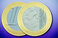 DEN HAAG - Erwin Olaf onthult op het ministerie van Financien de nieuwe Nederlandse euromunten met de afbeelding van koning Willem-Alexander. Olaf is verantwoordelijk voor het ontwerp van de muntreeks, die in 2014 in omloop komt.