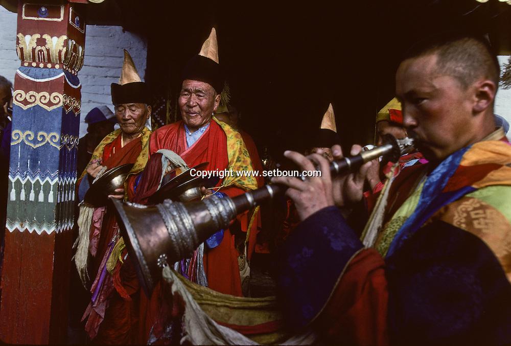 Mongolia. Erden Zuu monastery (Karakorum) Maidar procession; Buddhist ceremony. Erdeni Zuu (16th century) at Qaraqorin).  /  Procession boudhiste du Maidar.  (Monastère de Erdeni Zuu à Qaraqorin (Karakorum) Mongolie ), /  33       P0002553
