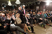 Nederland. Den Haag, 26 februari 2010.<br /> Wilders haalt zelf met de microffon de vragen op in de zaal met aanhangers, kamerleden beantwoorden de vragen. Partij voor de Vrijheid, PVV. Campagnebijeenkomst in een zaaltje Ockenburgh Active in het kader van de gemeenteraadsverkiezingen. Politieke partij, aanhang, Geert WildersPolitiek, lokale politiek<br /> Foto Martijn Beekman