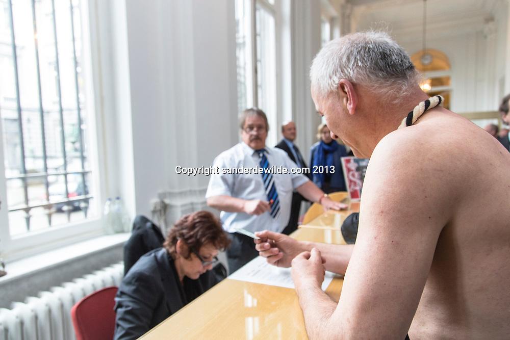 Brussel 2013/05/23 Senaat. Een groep actievoerders van Constituante.be voerde actie in de Senaat tegen de aanname van het Europese Soberheidsverdrag van deEU. Een van hen (Raf Verbeke) onkleedde zich om te verbeelden wat dit verdrag volgens hen met het Europese volk doet. http://www.constituante.be/index-Home-NL.html#