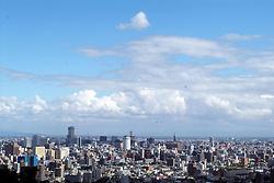 Sapporo &egrave; la citt&agrave; pi&ugrave; importante dell'isola di Hokkaido. Circondata dalle colline &egrave; una tipica citt&agrave; giapponese moderna. Nella foto una panoramica del centro <br /> &copy; Paolo della Corte