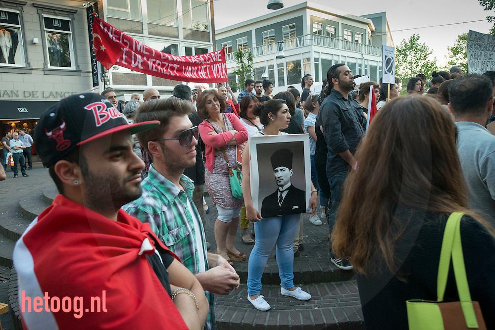 nederland enschede, 06juni2013 turken protesteren tegen de machthebbers in Turkije  Turkye op het stadhuisplein in enschedep