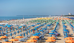 THEMENBILD - Sonnenschirme und Liegen am kilometerlangen Sandstrand. Lignano ist ein beliebter Badeort an der italienischen Adria-Küste, aufgenommen am 16. Juni 2019, Lignano Sabbiadoro, Italien // sunshades and sunbeds on the kilometre-long sandy beach. Lignano is a popular seaside resort on the Italian Adriatic coast on 2019/06/16, Lignano Sabbiadoro, Italy. EXPA Pictures © 2019, PhotoCredit: EXPA/ Stefanie Oberhauser