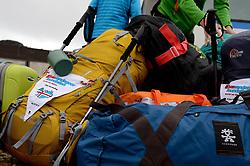 05-07-2014 NED: Iceland Diabetes Challenge dag 1, Landmannalaugar <br /> Vandaag ging de challenge van start. Met een bus gingen we van Vogar naar Landmannalaugar en zagen we de eerste tekenen van het prachtige landschap van IJsland / Rugzakken bagage