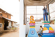 In the village there was earlier only a statue of the Hindu God Hanuman. Since a few years even the Dalit converts got their role models in the village center, Buddha and Dr Ambedkar. Bhandara, Maharashtra, Indien <br />