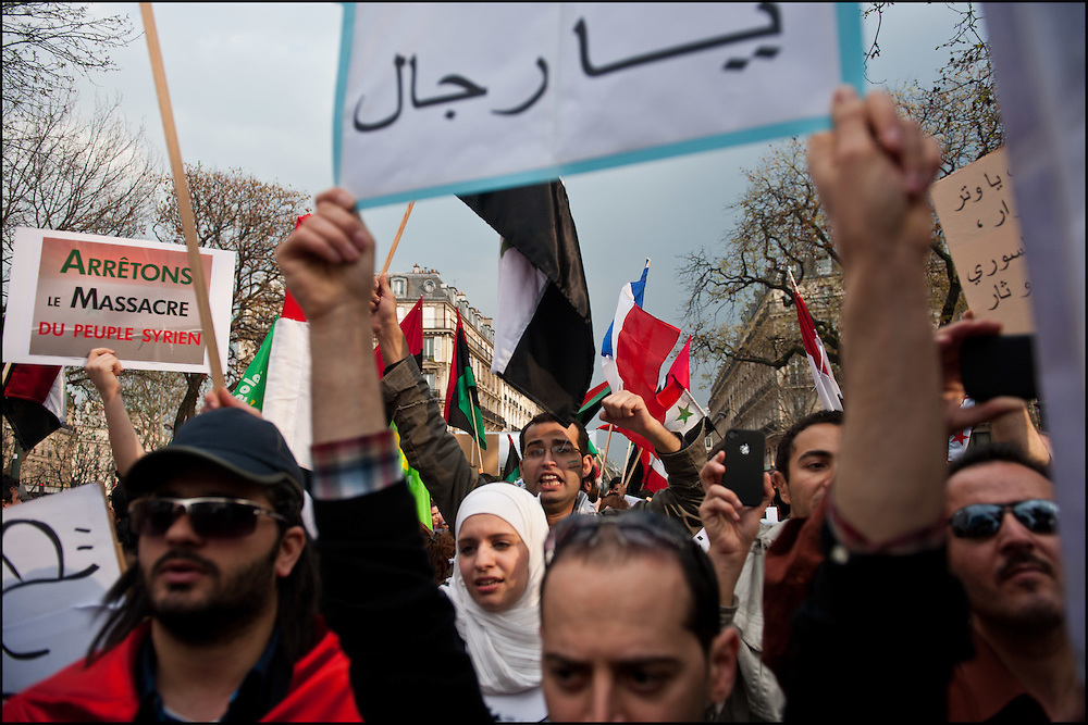 En soutien au peuple Libyen, mais aussi rapidement au peuple Syrien plusieurs centaines de manifestants sont rassembles Place de la republique à Paris le 26 mars 2011 © Benjamin Girette/IP3 press