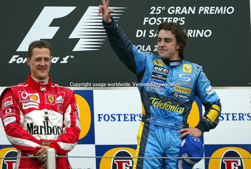Der Spanier Fernando Alonso (r) vom Team Renault freut sich am 24.04.2005 bei der Siegerehrung auf der Rennstrecke von Imola ¸ber seinen dritten Sieg im vierten Lauf der diesj‰hrigen Formel-1-Saison. Alonso gewinnt beim Groflen Preis von San Marino mit nur 0,215 Sekunden Vorsprung vor dem zweitplatzierten deutschen Ferrari-Piloten Michael Schumacher (l). +++(c) dpa - Report+++, Der Spanier Fernando Alonso (r) vom Team Renault freut sich am 24.04.2005 bei der Siegerehrung auf der Rennstrecke von Imola ¸ber seinen dritten Sieg im vierten Lauf der diesj‰hrigen Formel-1-Saison. Alonso gewinnt beim Groflen Preis von San Marino mit nur 0,215 Sekunden Vorsprung vor dem zweitplatzierten deutschen Ferrari-Piloten Michael Schumacher (l). +++(c) dpa - Report+++