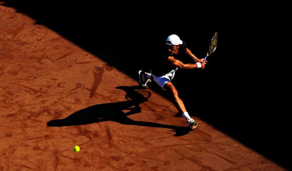 Ruben Ramirez Hildago (Spania) returneaza o minge in meciul de tenis cu Marius Copil (Romania), din cadrul turneului international BCR Open Romania, editia 2009, in Bucuresti, miercuri, 23 septembrie 2009.