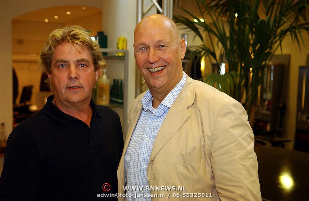 NLD/Utrecht/20050927 - Edwin Rutten laat zijn hoofd kaalscheren voor de rol in de musical Annie, kapper Peter Schiffer