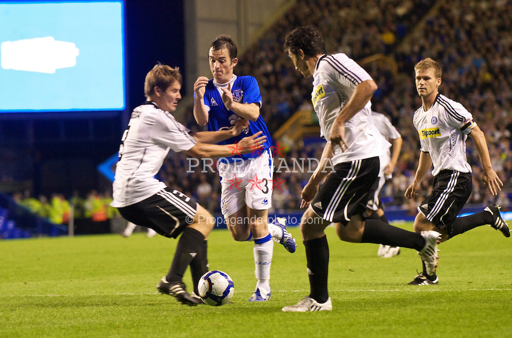 LIVERPOOL, ENGLAND - Thursday, August 20, 2009: Everton's Leighton Baines is blocked by SK Sigma Olomouc's Pavel Dreksa, but no penalty is given, during the UEFA Europa League Play-Off 1st Leg match at Goodison Park. (Photo by David Rawcliffe/Propaganda)